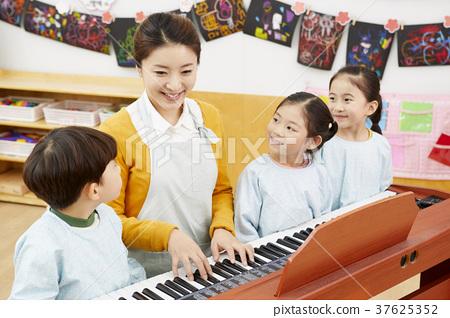 幼兒園,幼兒園,兒童,老師,韓語 37625352