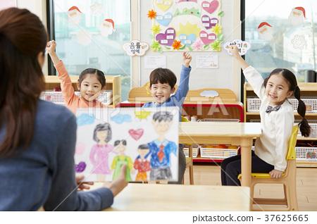 유치원,유치원생,어린이,선생님,한국인 37625665