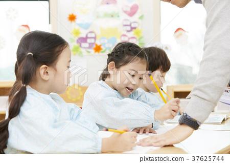 유치원,유치원생,어린이,선생님,한국인 37625744