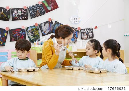 유치원,유치원생,어린이,선생님,한국인 37626021