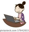 컴퓨터로 향하는 여성 37642833