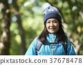 遠足 中老年人 一個年輕成年女性 37678478