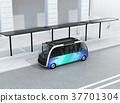 自助班车在巴士站停靠,配有太阳能电池板。节能运输概念 37701304