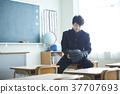 一個手套的男學生在教室裡 37707693