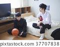 学生和朋友一起在房间里玩 37707838