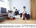 学生和朋友一起在房间里玩 37707850