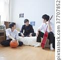 学生和朋友一起在房间里玩 37707852
