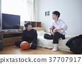 学生和朋友一起在房间里玩 37707917