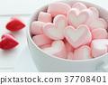 커피 컵에 들어간 하트 사탕 37708401