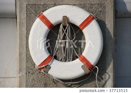 救生圈安裝在海邊 37713515