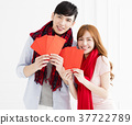 couple showing red envelope for chinese new year 37722789