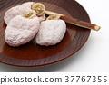 이치다 감 곶감 나무 과자 접시에 담아 흰색 배경 e 왼쪽 클로즈업 37767355