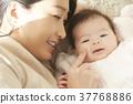 宝宝和妈妈上床睡觉 37768886