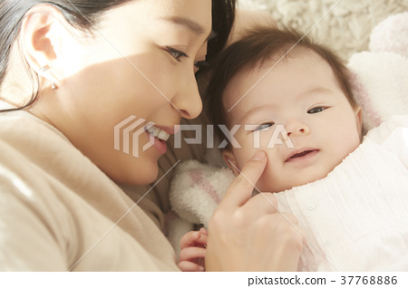 Baby and mom go to bed 37768886
