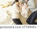 国际婚姻亲子宝宝躺着 37768901