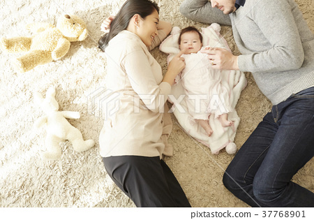 International marriage Parent-child Baby lying down 37768901
