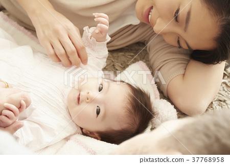 躺下國際婚姻夫婦的嬰孩 37768958