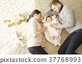 國際婚姻親子寶寶躺著 37768993