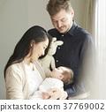 国际婚姻已婚夫妇抱着婴儿的肖像 37769002