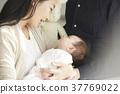 国际婚姻已婚夫妇抱着婴儿的肖像 37769022