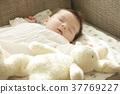 睡觉的婴孩在长沙发 37769227