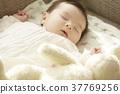 睡觉的婴孩在长沙发 37769256