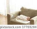 睡覺的嬰孩在長沙發 37769284