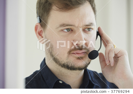 외국인 남성 헤드셋 인물 37769294