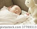 睡觉的婴孩在长沙发 37769313