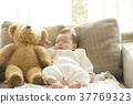 睡觉的婴孩在长沙发 37769323