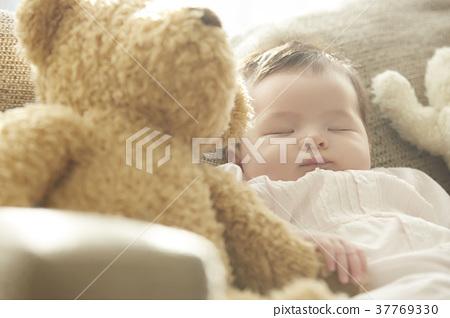 睡覺的嬰孩在長沙發 37769330