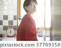 一个女人在厨房里 37769356