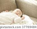 睡覺的嬰孩在長沙發 37769484