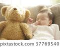 睡觉的婴孩在长沙发 37769540