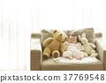 睡觉的婴孩在长沙发 37769548