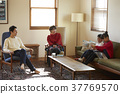 一个家庭在客厅放松 37769570
