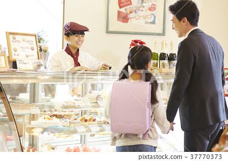 케이크 가게에서 아르바이트를하는 여성 37770373