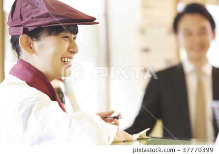 케이크 가게에서 아르바이트를하는 여성 37770399