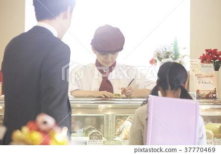 케이크 가게에서 아르바이트를하는 여성 37770469