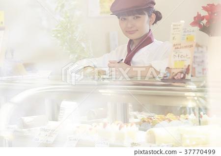케이크 가게에서 아르바이트를하는 여성 37770499