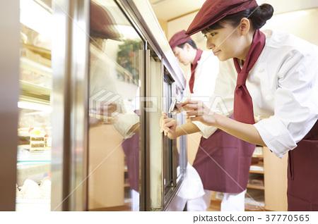 做兼职工作的妇女在蛋糕商店 37770565