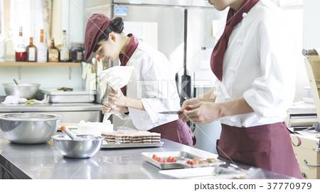 케이크 가게에서 아르바이트를하는 여성 37770979
