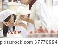 帮助蛋糕商店工作的孩子 37770994