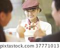 做兼職工作的婦女在蛋糕商店 37771013