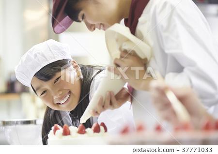 케이크 가게 일을 돕는 아이들 37771033