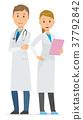 兩名年輕的醫務人員正站著 37792842