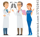 幾名醫務人員正在研究倫琴 37792843