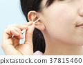 หญิงสาวทำความสะอาดหูของเธอ 37815460