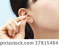 หญิงสาวทำความสะอาดหูของเธอ 37815464