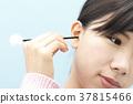 หญิงสาวทำความสะอาดหูของเธอ 37815466